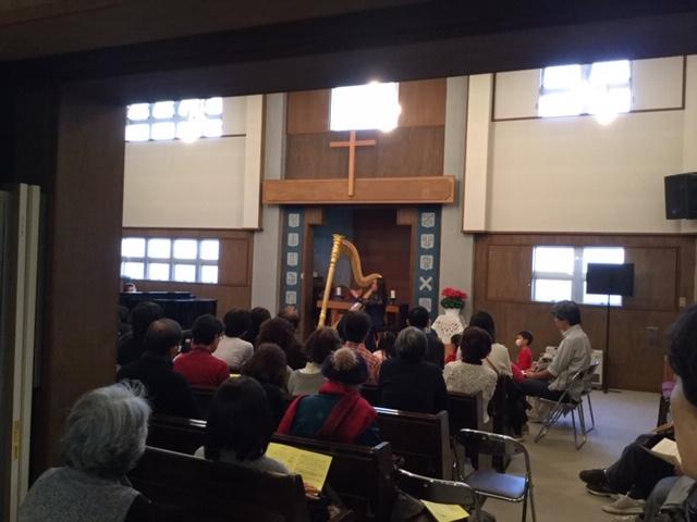 ハープを演奏する大竹さん